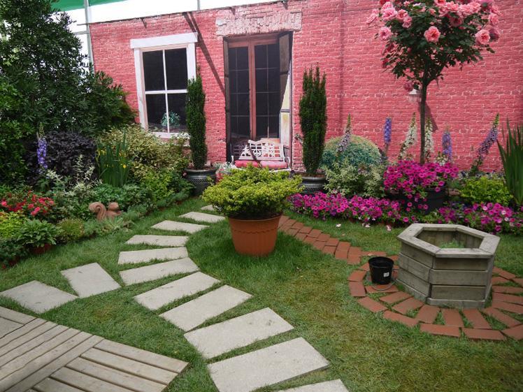 景观设计师认为,园林、庭院需定位半客厅的性质。在一套房子当中,卧室是最私隐,是客人不能随便进入的。而客厅是最开放的,是接待客人的地方,客厅没有哪一个角落是客人不能去的。园林、庭院也应该如此,应该是开放的。此外,丁先生认为园林、庭院能与人进行真实的互动是最重要的。园林中的水,人们能通过手和脚接触到,园林中的石头人们可以坐在上面小憩。这样的园林庭院是活生生的,是实用的,是和人发生了互动的。而现在的园林大多是风景园林,这种园林只能看,不能动,里面种满了灌木、乔木,或者铺了草皮,却没有道路通向园内,甚至钉上